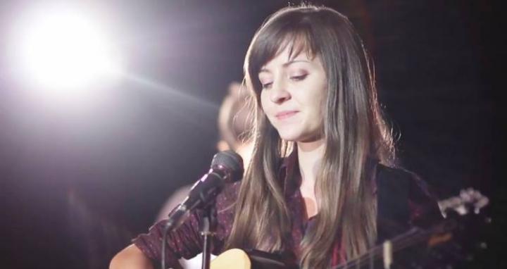 Saróka Liliána felvidéki énekesnő magyarországi jótékonysági koncertje bácskai gyerekekért